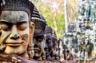 39 DEVAS en puerta sur de Angkor Thom